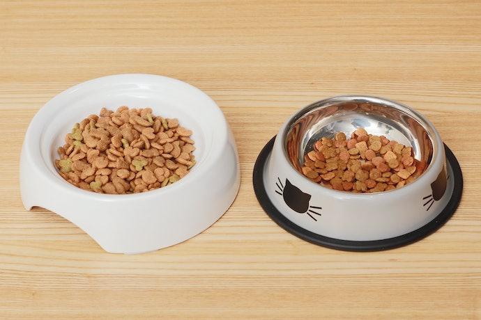 ヒゲが当たりにくく、高さの合った食器に変える