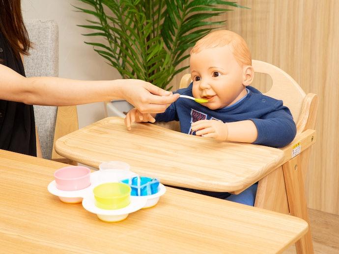 赤ちゃんに話しかけながらゆっくりと