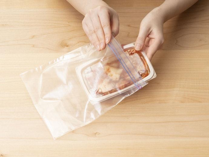 フリーザーバッグに入れて匂いを抑える