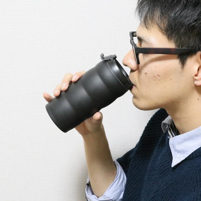 飲み口が斜めになっていて飲みやすい。手にフィットするデザインも◎