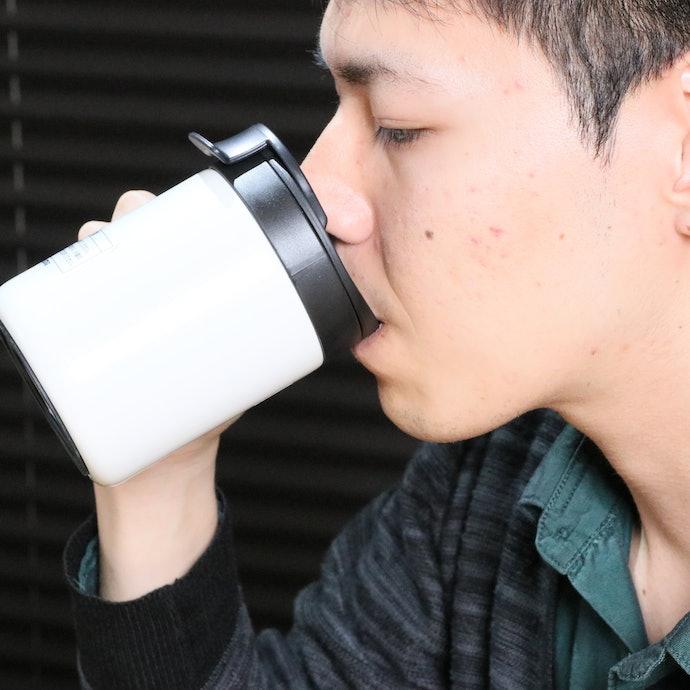 飲み口が広くて飲みやすい。「材質の味」も感じない