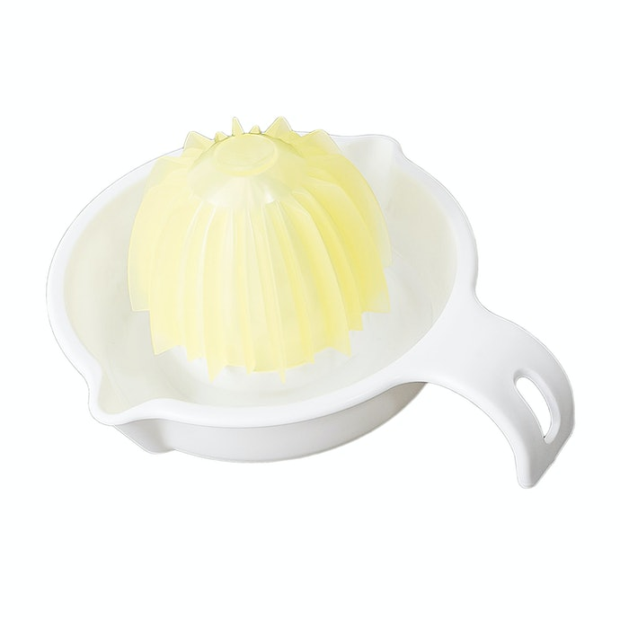 お試し感覚で買えるのが魅力。キャンドゥ グレープフルーツ&レモンしぼり器とは?
