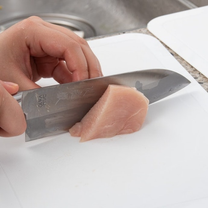 鶏肉:切りやすい!きれいな切り身が完成