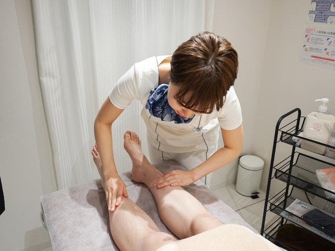 まずは脚から施術開始。ジェルのひんやり感にびっくり!