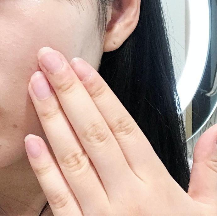 一気につけるとヨレやすい。指で少しずつ丁寧に塗ればOK