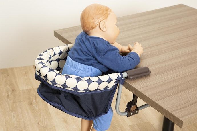 取り付けは簡単だが、赤ちゃんがテーブルに乗り出してしまいそう