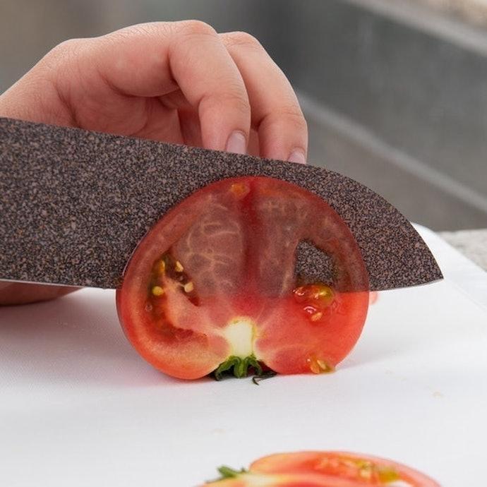 【トマト】皮に抵抗がなく、薄切りも潰れずキレイに切れる