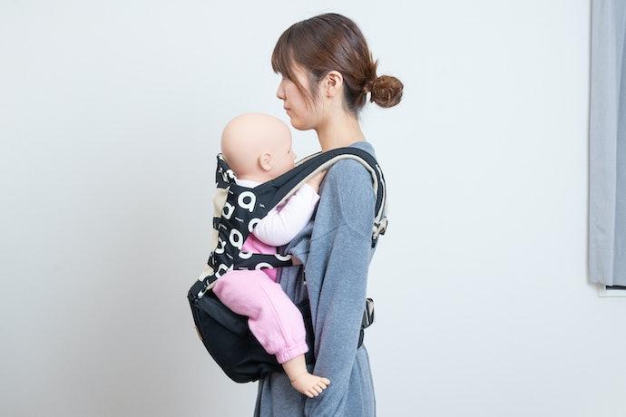 赤ちゃんの姿勢は正しく保たれるが、腰に負担が集中
