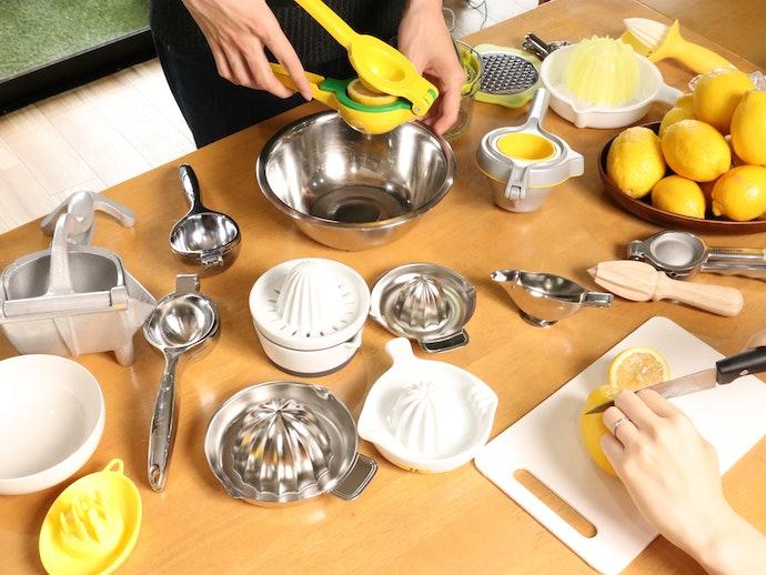 レモンの中心は軽い力で絞れるが、外側は絞りにくい