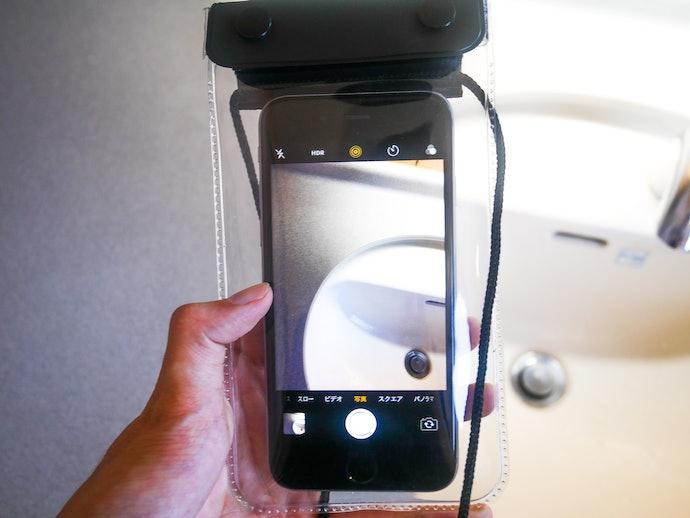操作はもちろん!裏表が透明なのでカメラ機能を利用可能