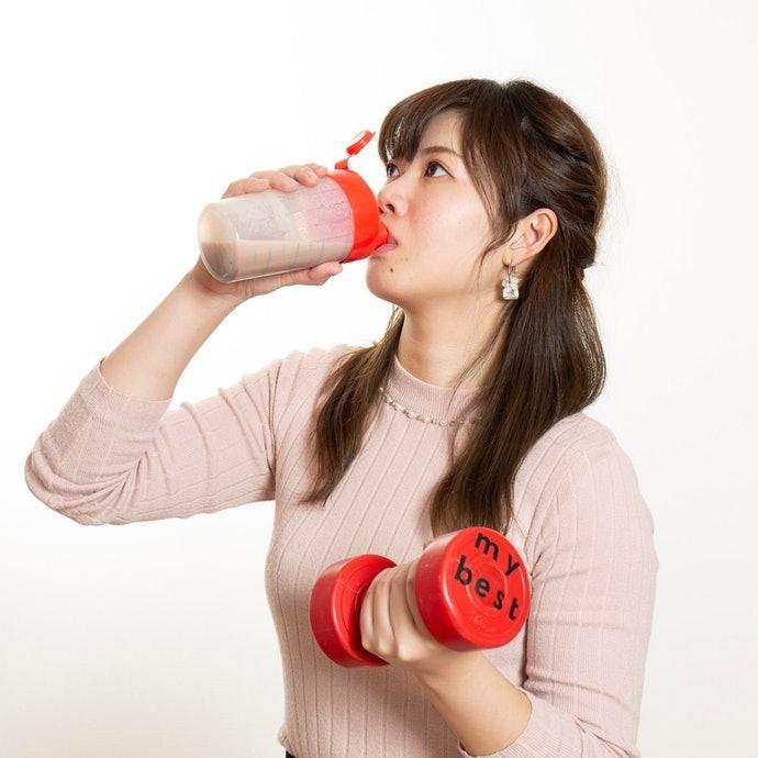 付属のスプーンすりきり3杯分を、冷たい牛乳か水200~300mlに溶かして飲もう