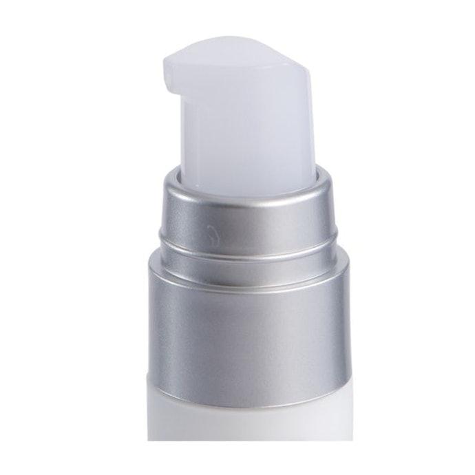 保湿成分が目元にハリと潤いを与え、明るい目元へ