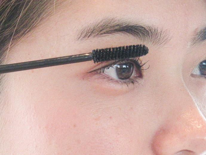 ブラシが長くてやや使いにくいが、ボテボテしていない毛先で塗りやすい
