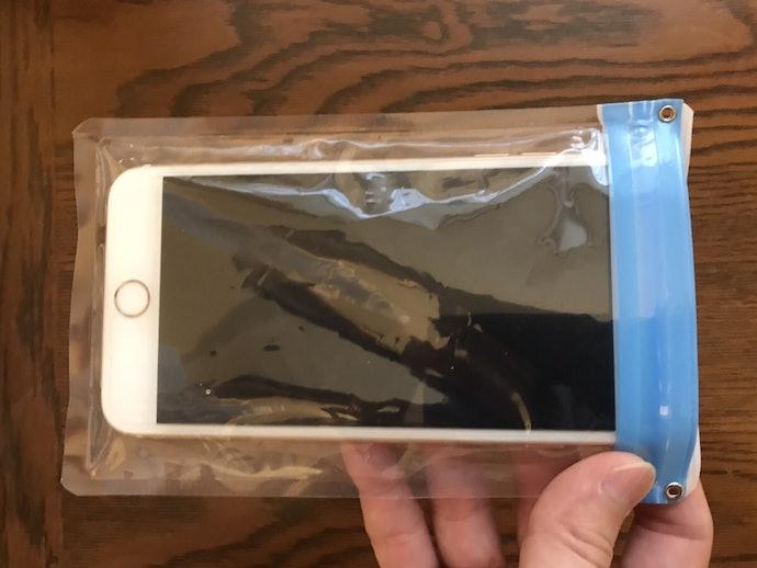 iPhone 6s Plusなどの大きなスマホは入らず、防水ケースの役割を果たせない!