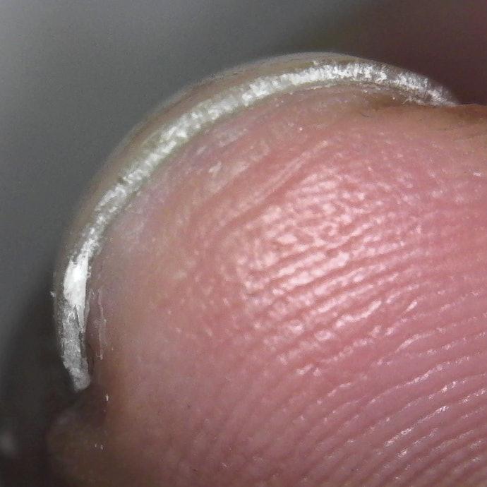 触るとザラつきあり、爪の端のバリが目立つ