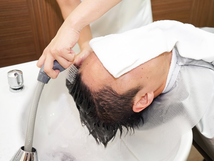 シャンプーとすすぎで、髪や頭皮についた汚れを落とす
