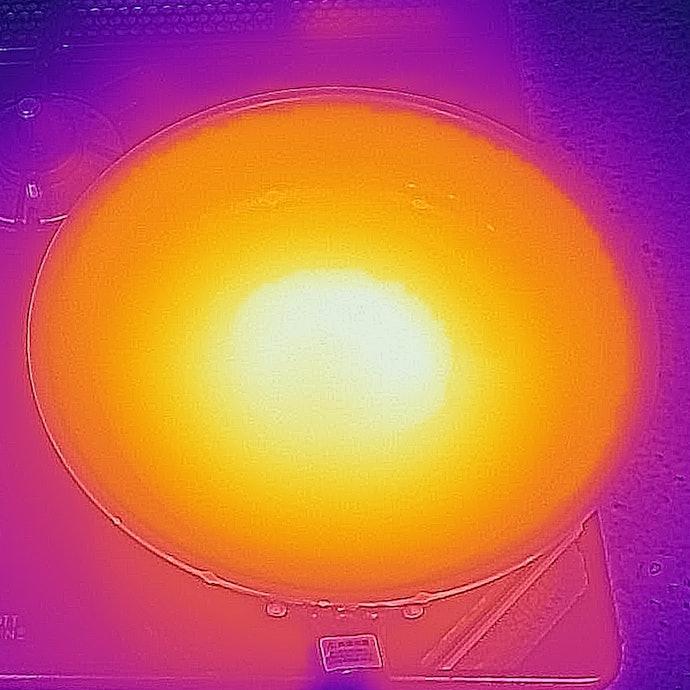 中央部が最も高温とはなるものの、全体的にほぼ均一