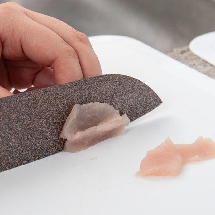 【皮つき鶏肉】切れ味は良いが、少しくっついて離れにくい