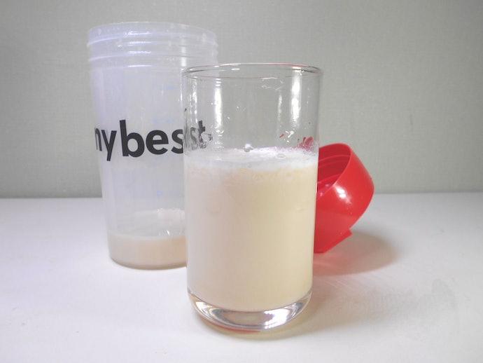 ストロベリー味は水・牛乳のどちらでも溶け切らず、ダマと細かい泡の層ができる
