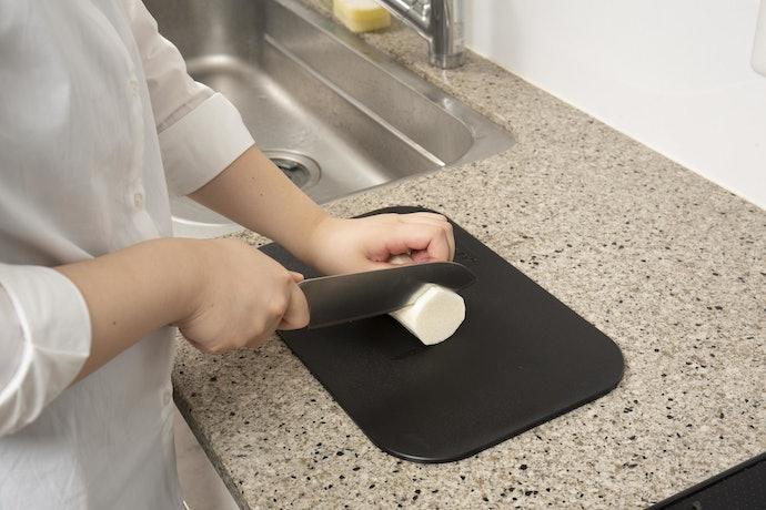 切りやすいのに包丁を傷つけない材質で、使い心地抜群
