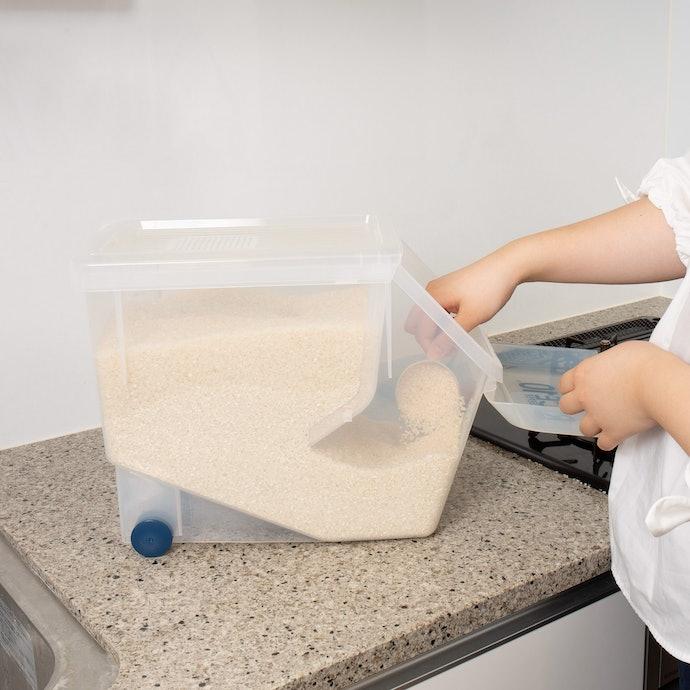 仕切り板があるので中は狭い。蓋が開けづらく、お米の入れやすさは△