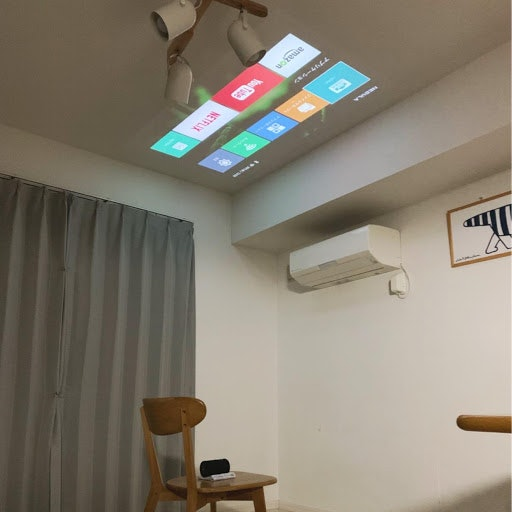 三脚がなくても、タオルを敷けば天井への投影可能。子どもたちと一緒にプラネタリウムごっこも!