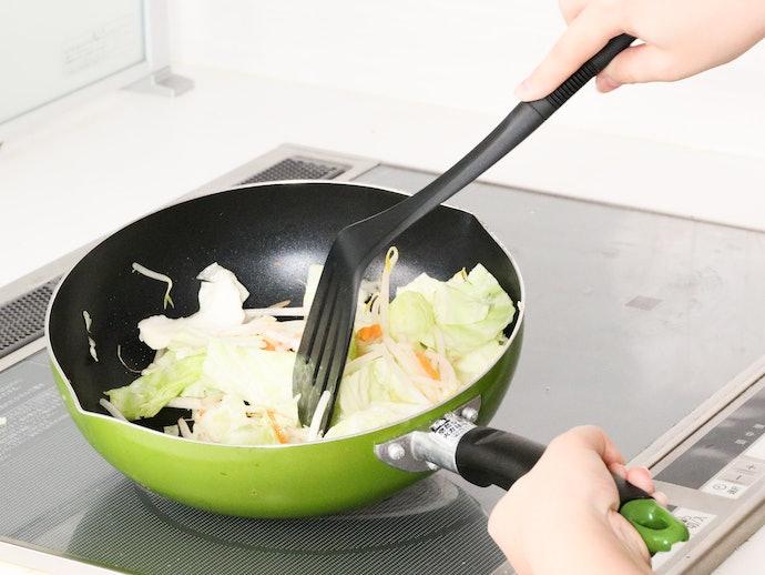 大きさのわりに軽量だが、長さがあるので野菜がこぼれ落ちる