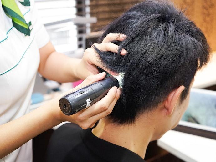 200倍のマイクロスコープで今の頭皮状態をチェック。その後、今回の技術体験で何本の毛が抜けたかを数えてくれる