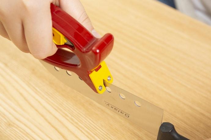 包丁を手で固定して、研ぎ部と刃を密着させるのがコツ