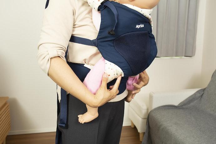 赤ちゃんの抱き入れ方に工夫を感じるが、抱っこひものサイズが大きすぎる